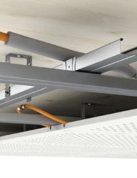 Plafondkoeling op metal stud regelwerk aan het plafond