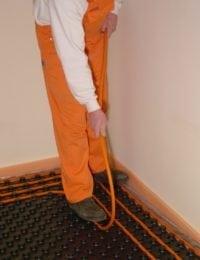Verwarmingsbuis drukken tussen noppenplaat vloerverwarming zonder isolatie