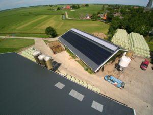 Zwarte zonnepanelen op hellend dak