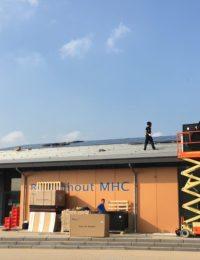 Hockey vereniging met zonnepanelen op pvc dak