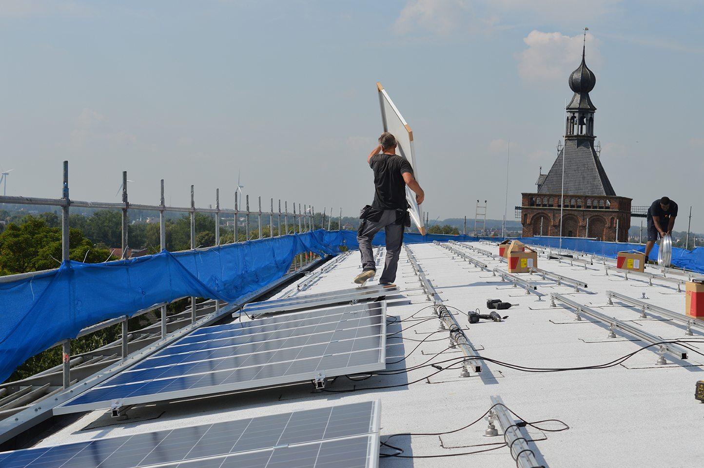 Bevestiging zonnepanelen op een schuin bitumen dak