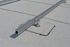 Wit bitumen rond dak met zonnepanelen
