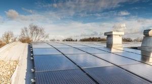 Zonnepanelen op een lichte gebogen dakconstructie
