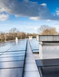 Rond gebogen dak met zonnepanelen