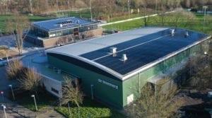 Sportcomplex de bloemerd met gebogen stalen dak met zonnepanelen