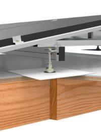 Plat houten dak zonder isolatie met zonnepanelen