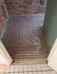 Vloerverwarming op draadstaalmatten op zwaluwstaart vloer