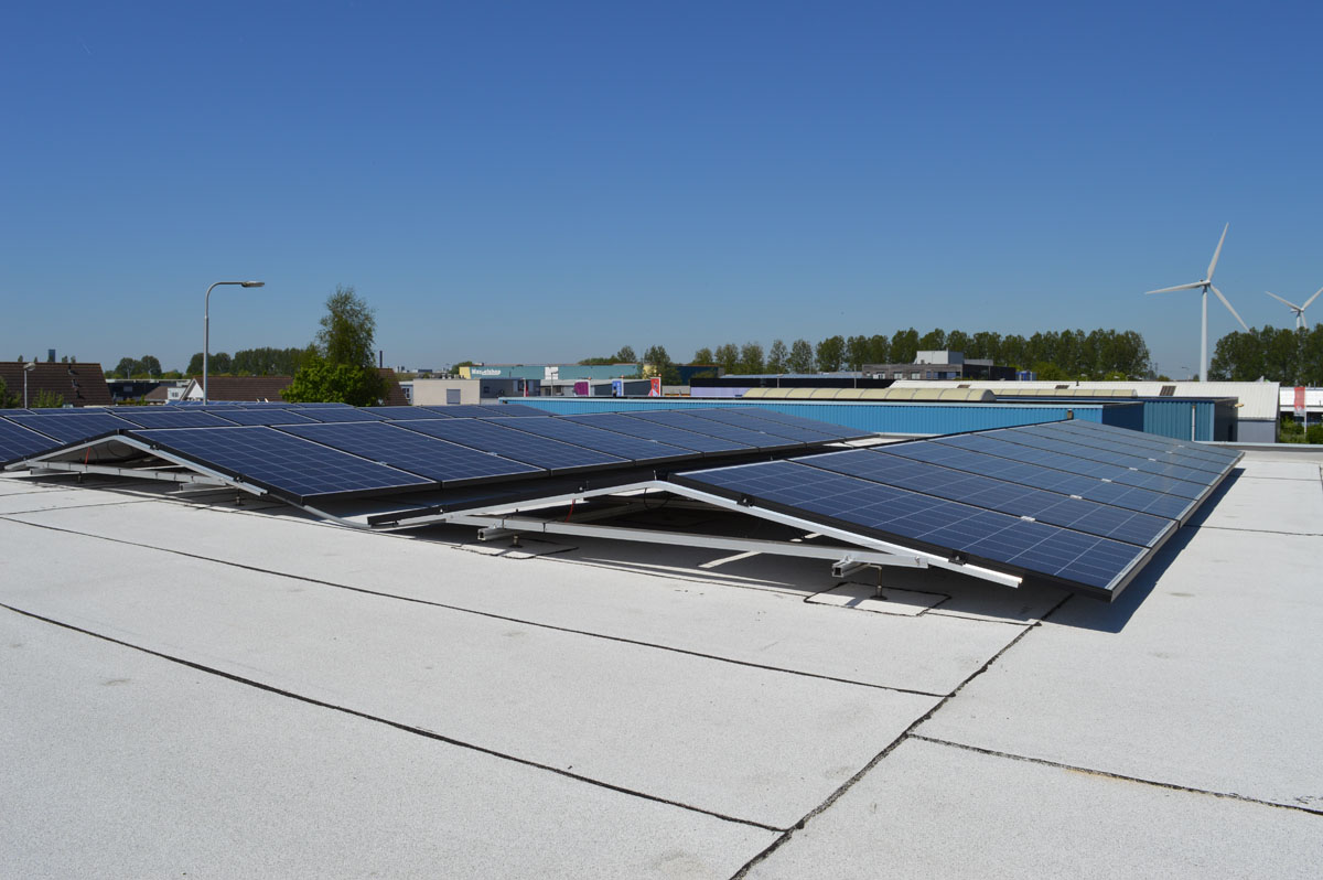 Zonnepanelen op plat bitumen dak oost west technea