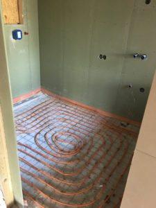 Vloerverwarming op draadstaalmatten in badkamer