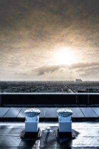 Zonnepanelen op hoog plat dak van flat Leemanstoren Den Haag