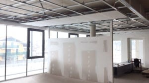 Klimaatplafond van gipsvezelplaten installeren aan metal stud plafond