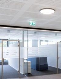 Stille bedrijfsruimtes zonder galm door akoestisch klimaatplafond