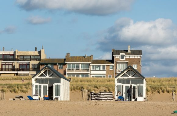 Zonnepanelen op woning aan de kust / strand