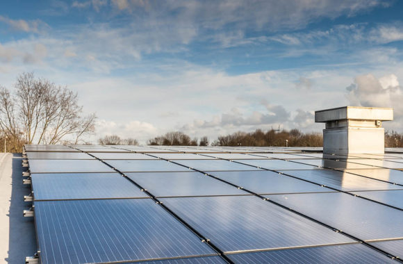 Gebogen geïsoleerd cannelure dak met zonnepanelen