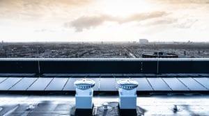 Zonnepanelen op flat, woontoren, hoogbouw Leemanstoren in Den Haag