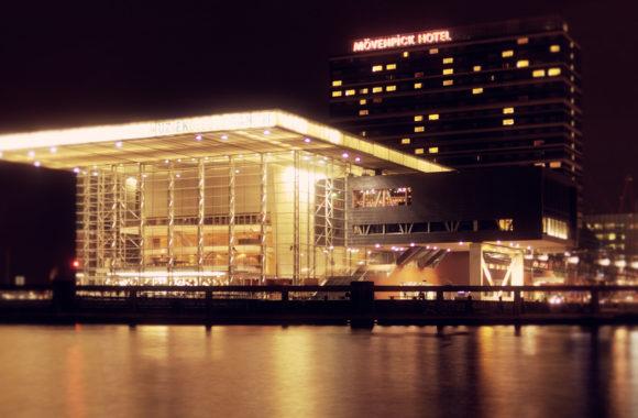 Zonnepanelen op muziekgebouw aan het ij amsterdam