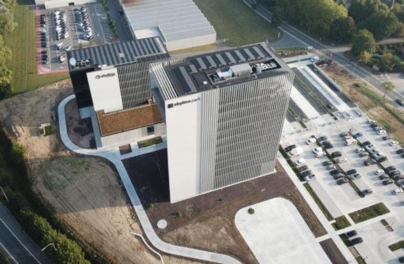 Skyline kantoorgebouw met zonnepanelen