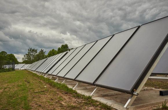 Zonnewarmtepark met 300 vlakke plaat zonnecollectoren - Zwembad Carrousel